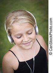flicka, med, hörlurar med mikrofon