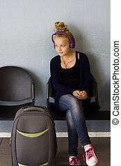 flicka, med, hörlurar, väntan, till res
