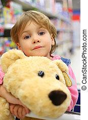 flicka, med, len leksak, in, butik