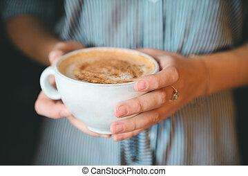 flicka, närbild, kaffe, räcka kopp