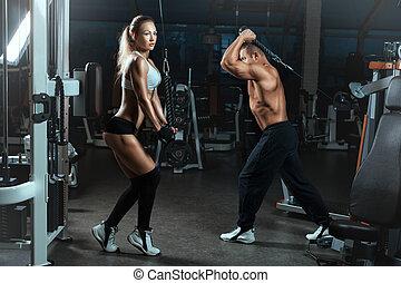 flicka, och, man, gå, sporter tambur, med, maskiner, för, bodybuilders.