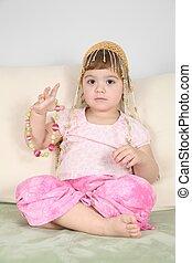 flicka, på, soffa, in, östlig, hatt, med, pärlhalsband