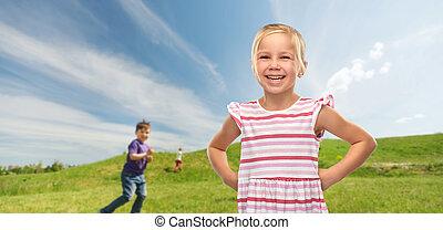 flicka, randig, klänning, litet, utomhus, le