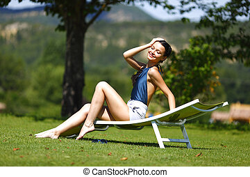 flicka, sittande, in, a, vit, vardagsrum, på, a, grönt gräs