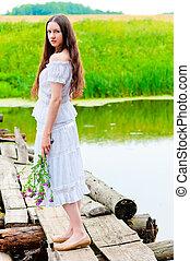 flicka, stående, på, den, bro, över, den, flod, med, a, bukett