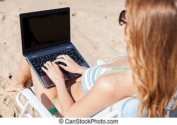 flicka, tittande vid, laptop, stranden
