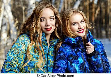 flickor, vandrande, in, skog