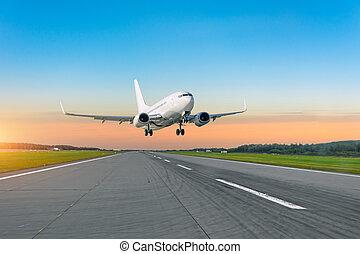 fliegen, passagier, aus, aus, auf, flughafen, eben, nehmen, startbahn, sunset.
