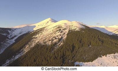 fliegendes, bei, felsige berge, bedeckt, mit, schnee