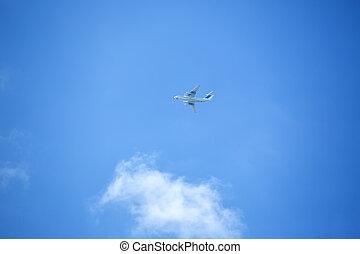 fliegendes, motorflugzeug, auf, der, blauer himmel