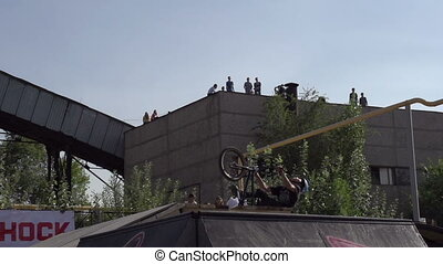 Flip on the Bike - Competition among professionals and fans...