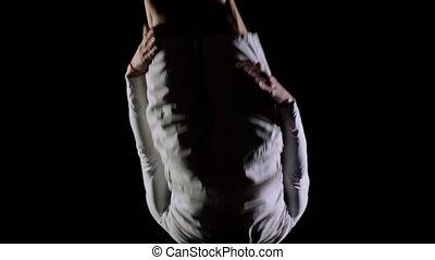 flip., voyante, vêtements, exécuter, dos, sauter, mouvement, lent, arrière-plan noir, plan., blanc, homme, rotation, acrobatique