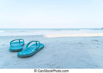 flipflops, en, un, arenoso, océano, playa