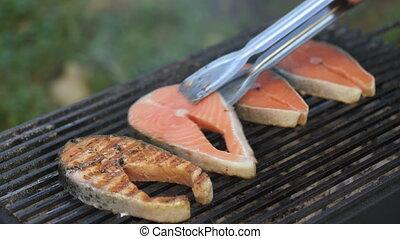 flips, homme, saumon, gril, biftecks