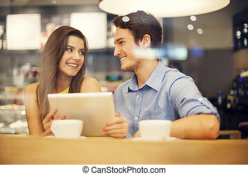 flirten, paar, in, koffiehuis, gebruik, digitaal tablet