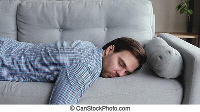 flopped, travail, après, homme, maison, épuisé, came, bas, sofa