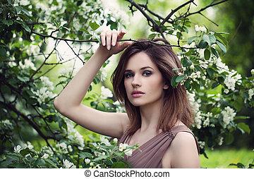 flores, estilo, retrato, de, primavera, mulher, modelo moda