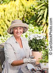 flores, mulher sênior, jardim, dela