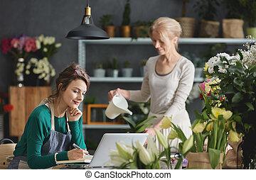 floricultor, usando computador, trabalho