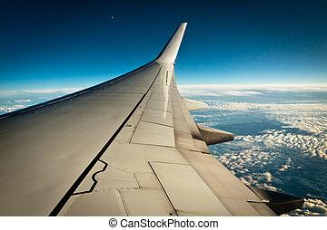 flygmaskin vinge, med, skyn, och blåa, sky