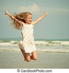 flygning, hopp, strand, flicka, på, blå, havsshore, in,...