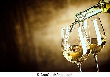 flytande, två, vit vin glas, från, a, flaska
