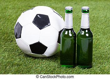 focilabda, és, sör palack, képben látható, zöld fű