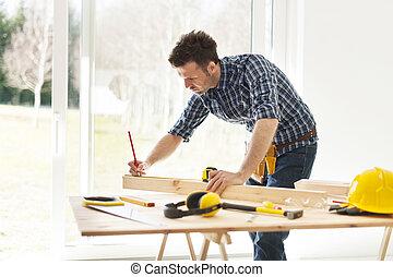 foco, homem, medindo, pranchas madeira