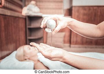 foco selectivo, de, un, botella, con, aceite del masaje