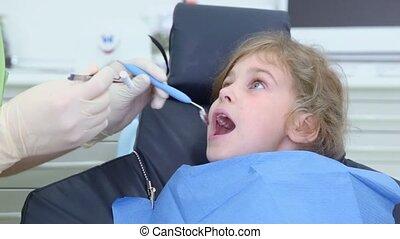 fogász, őt becsül, fogászati tükör, alatt, lány, száj