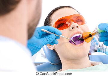 fogász, alkalmaz, photopolymer, lámpa, fordíts, gyógyít, fog