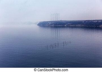 fog., vista marina, con, redes de pesca, con, el, efecto, de, película, grain.