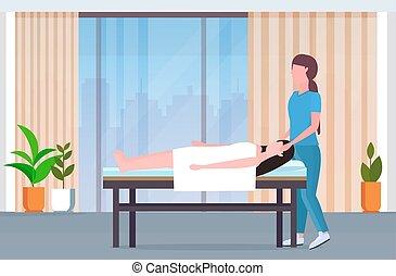 fogadószoba, fogalom, masszőz, modern, klinika, tele, ásványvízforrás, fizikai, amerikai, bánásmód, belső, sértett woman, türelmes, terápia, gyógyulás, kézikönyv, ágy, rehabilitáció, hosszúság, fekvő, afrikai, masszázs, masszázs