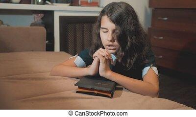 foi, peu, concept, style de vie, saint, elle, espoir, catholicisme, symbole, paix, éducation, religion, prie, bible, hands., sacré, girl, prier, enfants, rêves