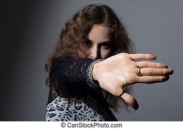 fokus, frau, mit, hand signalisieren, aufzuhalten