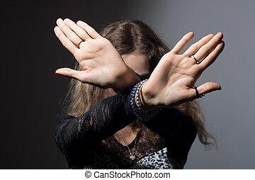 fokus, frau, mit, sie, hände, signalisieren, aufzuhalten,...