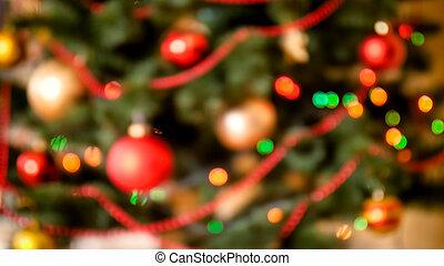 fokus, hintergrund, mit, verwischt, bunte, lichter, und, dekoriert, weihnachtsbaum