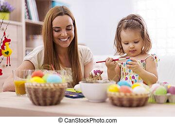 fokusera, liten flicka, att måla påsk eggar, med, henne, mor