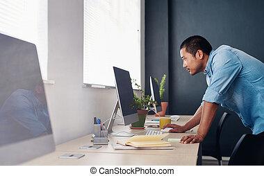 fokussiert, asiatisch, entwerfer, arbeiten, a, edv, in, ein, buero