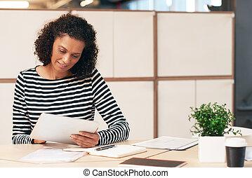fokussiert, geschäftsfrau, arbeiten, a, tablette, in, ein, buero
