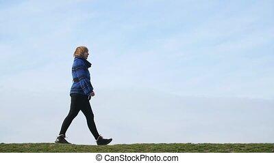 folâtre, blond, marche femme, dans, a, pré vert, sur, a,...