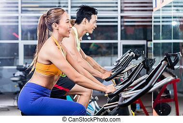 folâtre, cyclisme, couple, intérieur, asiatique, gymnase