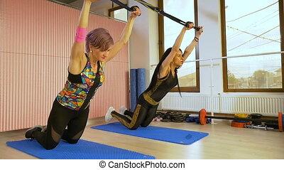 folâtre, formation, concept, séance entraînement, mouvement, lent, studio, musculation, gymnase, femmes