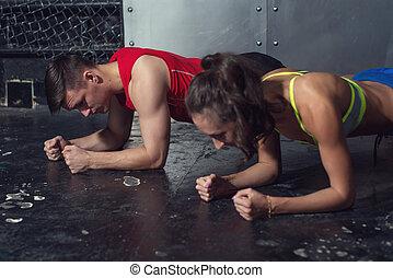 folâtre, noyau, femme, muscles, crossfit, crise, gymnase, strenght, dos, sportif, planche, puissance, concept, fitness, presse, formation, sport, séance entraînement, exercice, homme