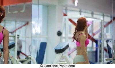 folâtre, séance entraînement, assoiffé, après, eau, femme, actif, frais, boire