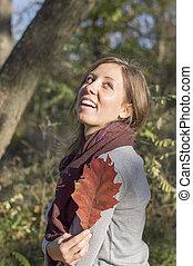 folha, parque, outono, segurando, menina, vermelho, feliz