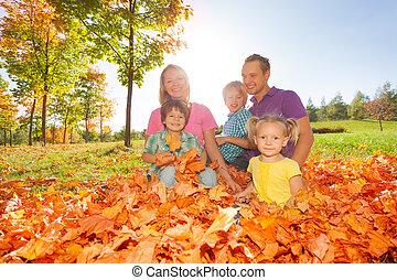 folhas, feliz, junto, família, sentando
