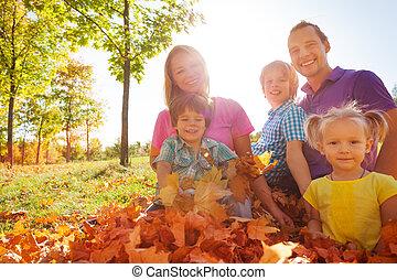 folhas, parque, junto, família, sentando