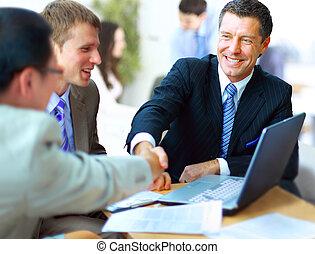 folk affär, räcker, uppe, fulländande, möte, skakande