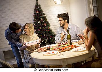 folk, celebrerande jul, öppning presenterar, rum, ung